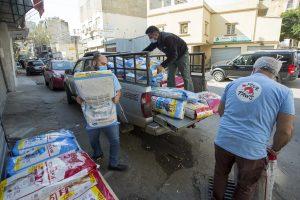 Gli operatori di Four Paws scaricano cibo e medicine per gli animali dei rifugi a Beirut, in Libano (credits: FOURPAWS/HristoVladev)