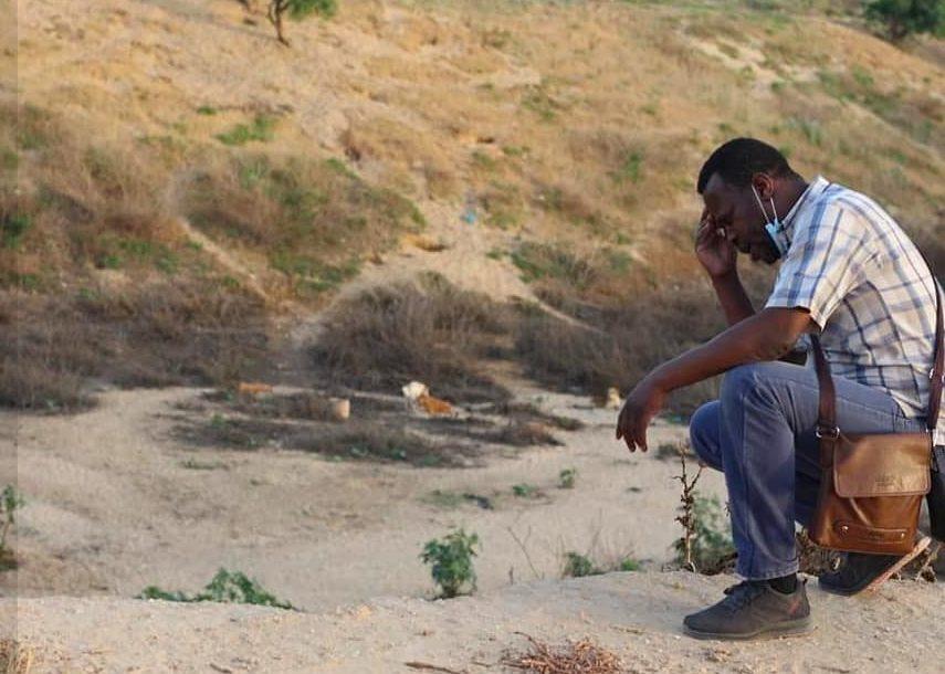 Saeed Al–Err, fondatore di Sulala Animal Rescue, tornato al rifugio dopo gli ultimi attacchi israeliani, ha trovato molti degli animali morti o fuggiti (credits@SulalaAnimalRescue)