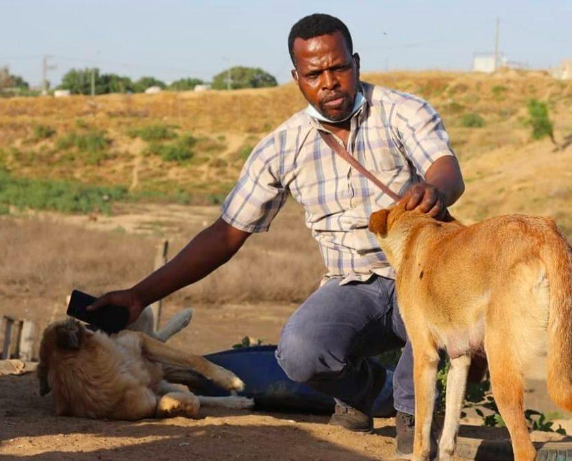 Saeed insieme ad uno dei suoi cani (credits@SulalaAnimalRescue)